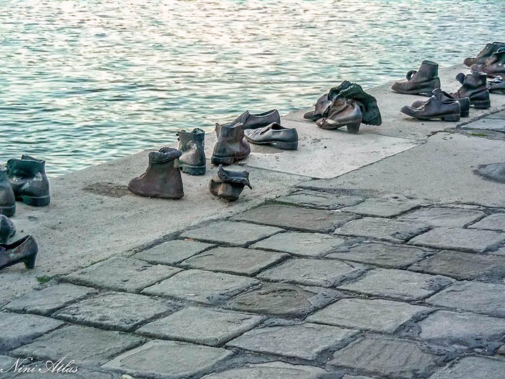 אנדרטת הנעלים