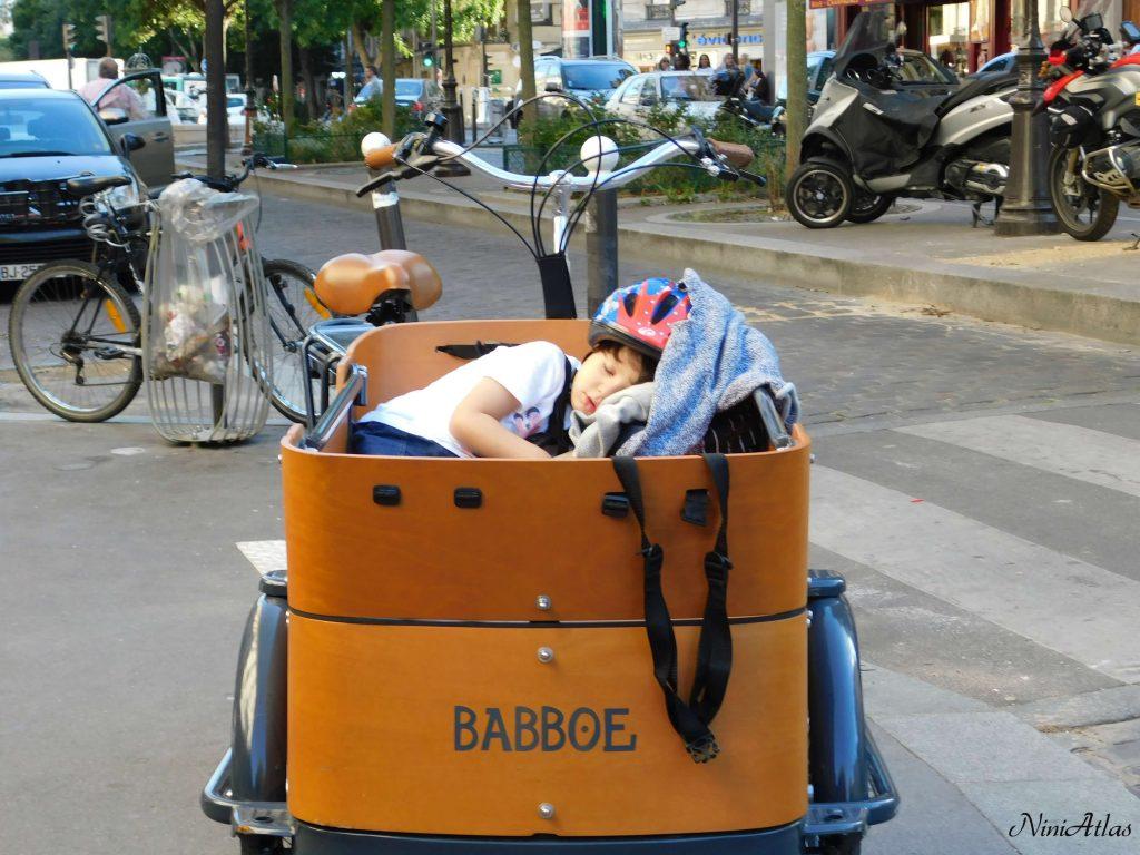 ילדה בעגלה