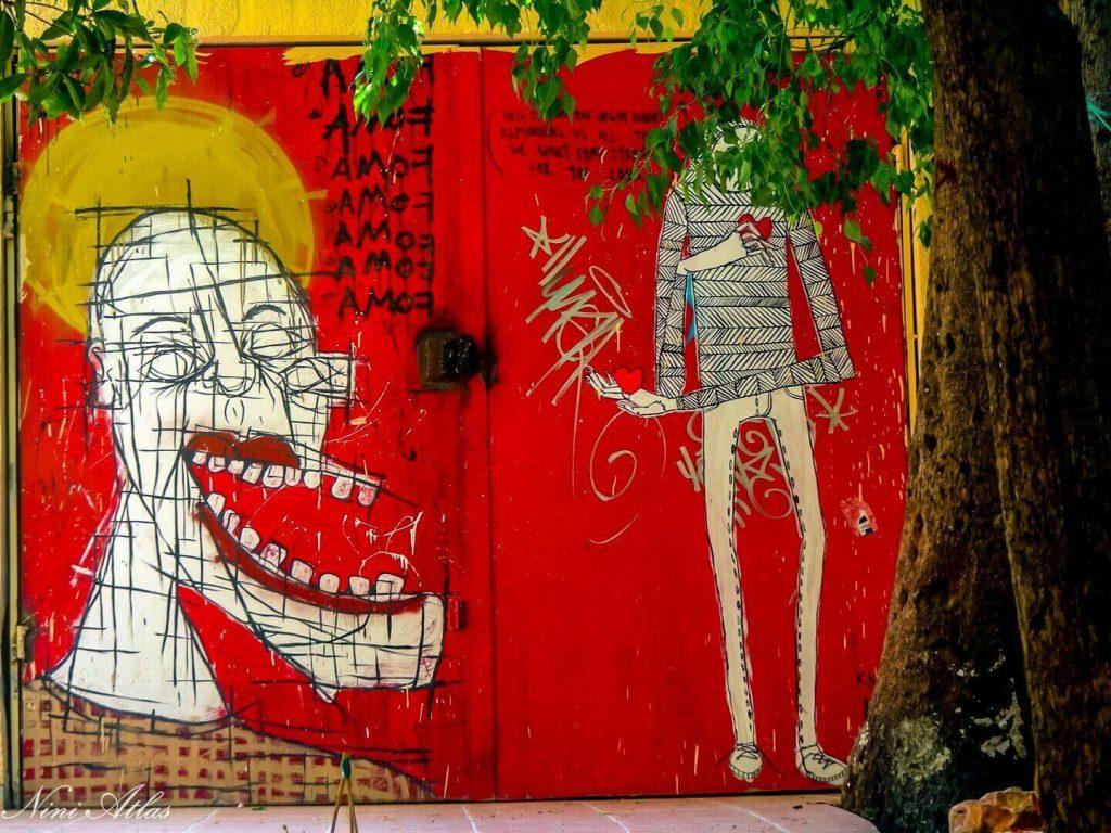 קיר אדום עם גרפיטי