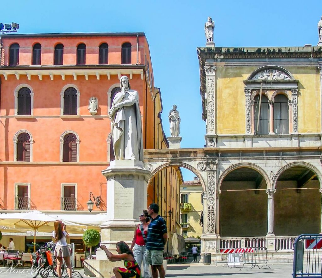 Piazza dei Signori כיכר רבועית וסביבה ארמונות יפים