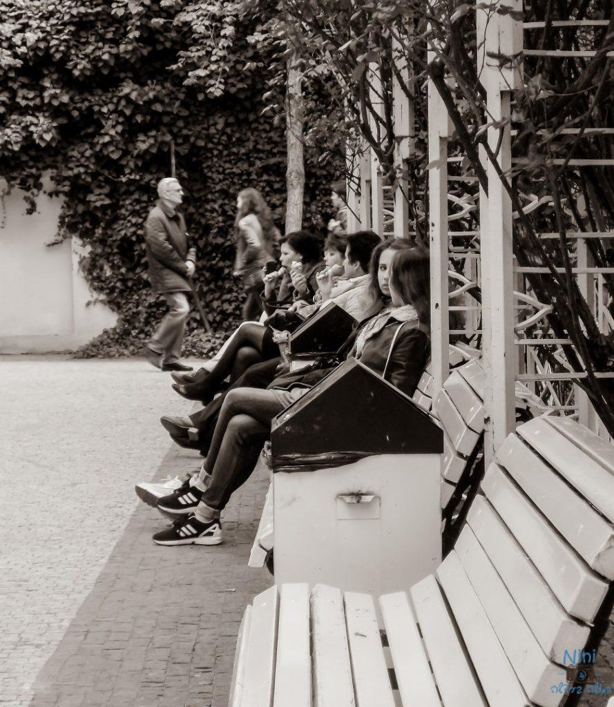 אנשים על ספסל