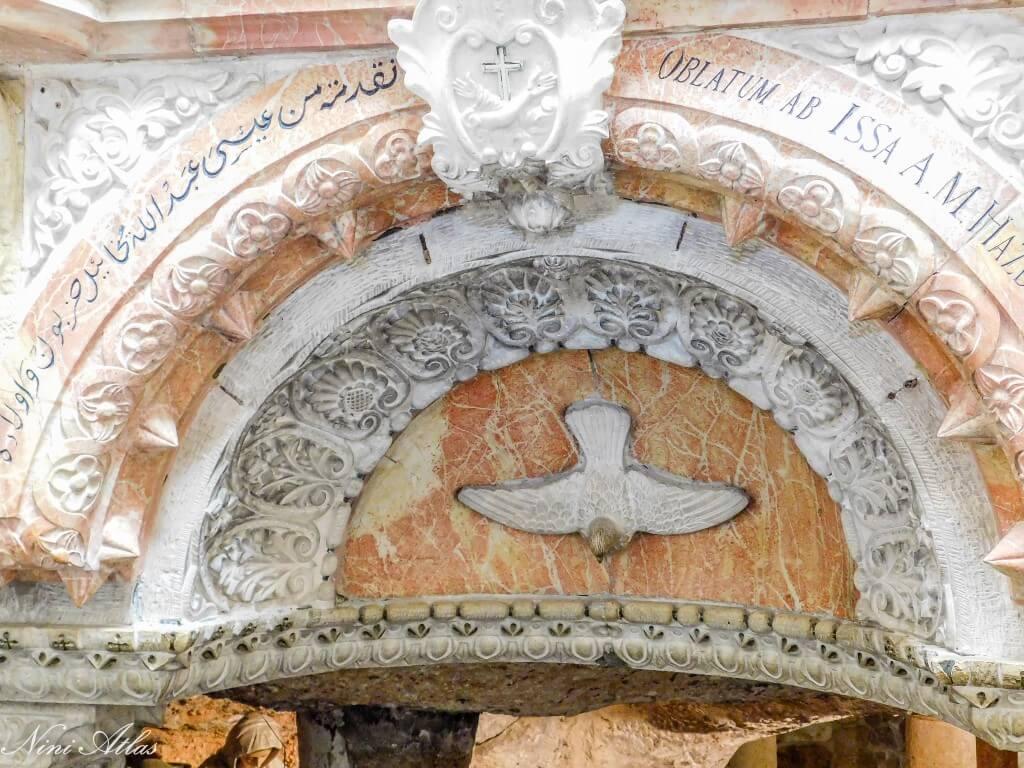 פרטים בכנסייה הלבנה