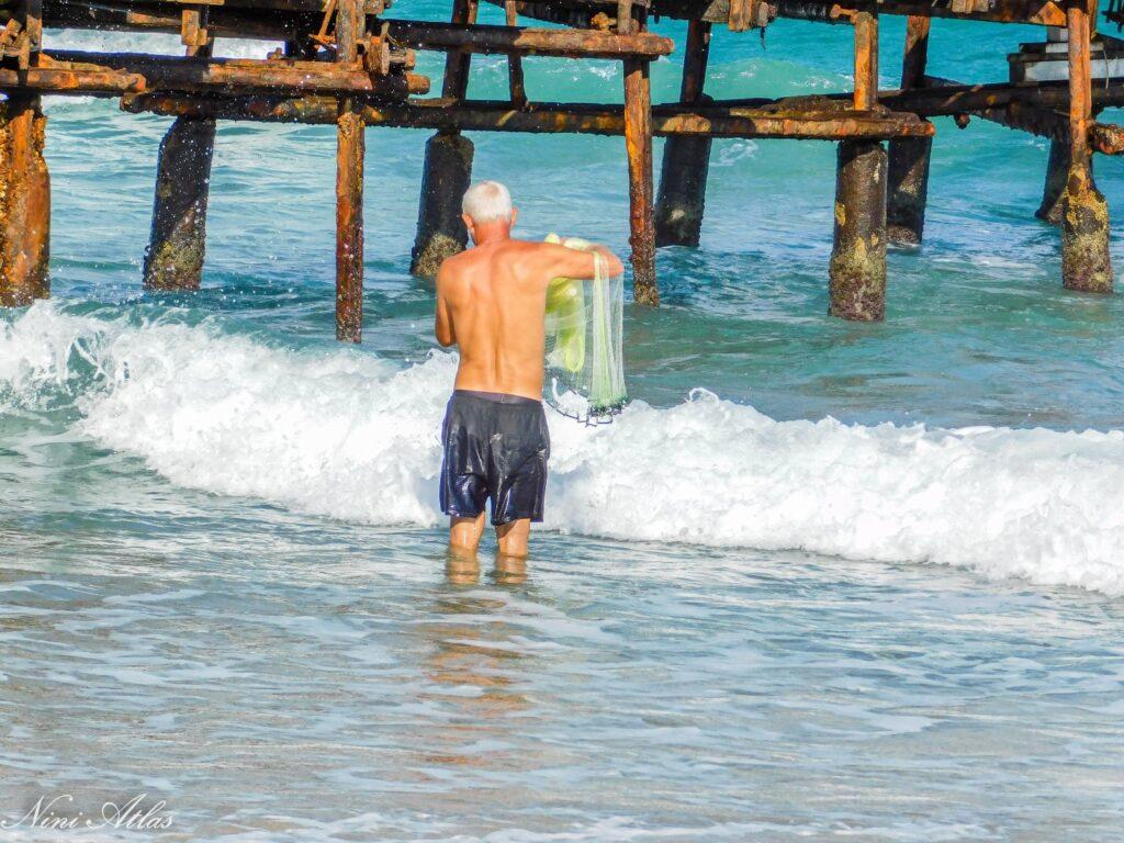 דייג בחוף עתלית